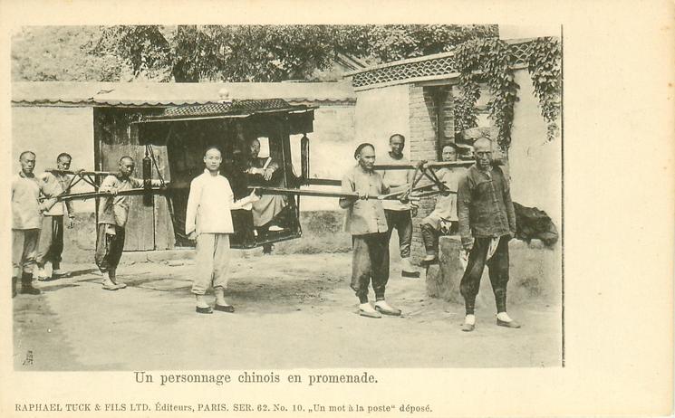 UNE PERSONNAGE CHINOIS EN PROMENADE