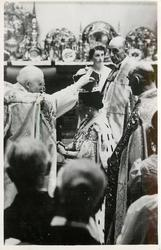 ARCHBISHOP OF CANTERBURY CROWNING THE QUEEN