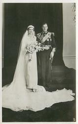 T.R.H. THE DUKE & DUCHESS OF KENT AT BUCKINGHAM PALACE ON THEIR WEDDING DAY, NOVEMBER 29TH, 1934